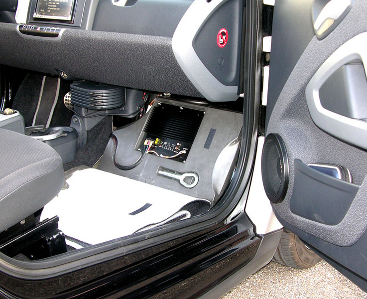 subwoofer smart fortwo 2 und cabrio xcar style. Black Bedroom Furniture Sets. Home Design Ideas